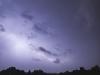 Die tieferhängenden Wolken heben sich während des Blitzes vom Hintergrund ab.