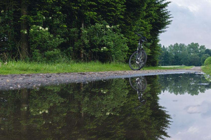 Fahrradspiegelung in Pfütze