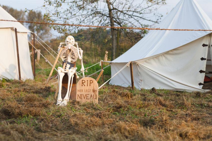 Skelett im Heereslager auf dem Blidenfest