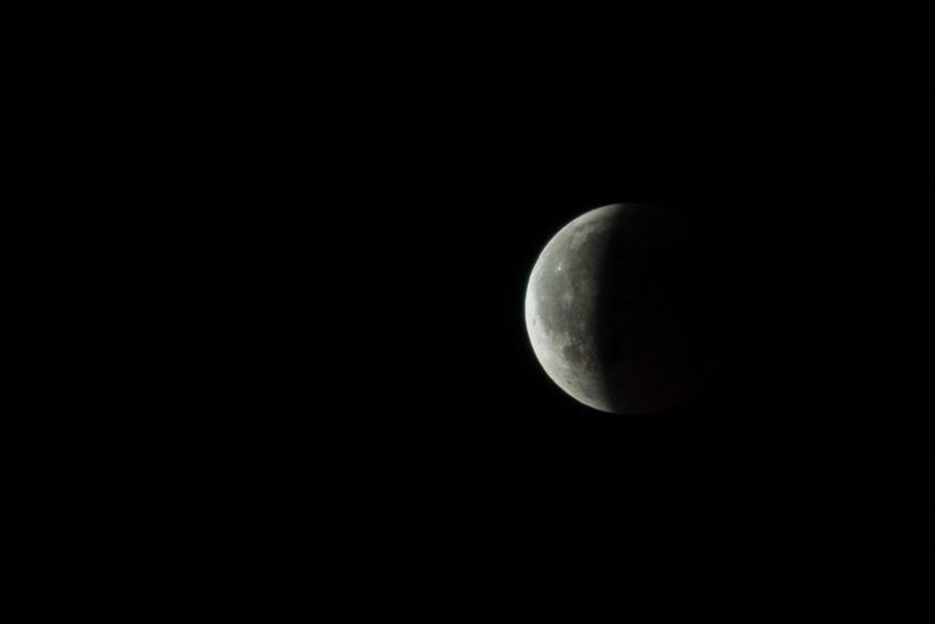 Das Bild zeigt den Halbmond durch die Mondfinsternis am 27. Juli 2018.