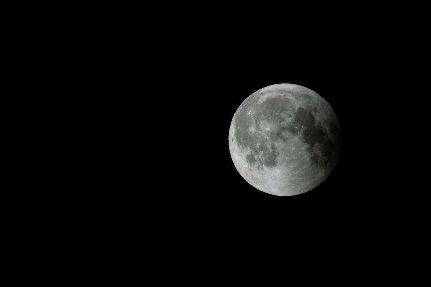 Das Bild zeigt den nur noch leicht abgedunkelten Mond bei der Mondfinsternis am 27. Juli 2018.