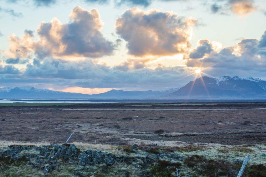 Sonnenuntergang über Islands Bergen