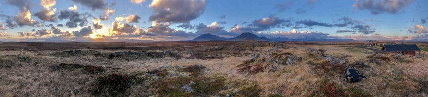 Panoramafoto welches zwei große Berge und den Sonnenuntergang zeigt.