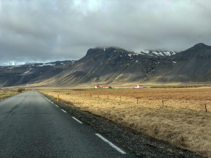 Straßen auf Island mit einer Farm daneben.